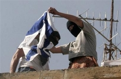 23_hebron_settler_burns_flag_2